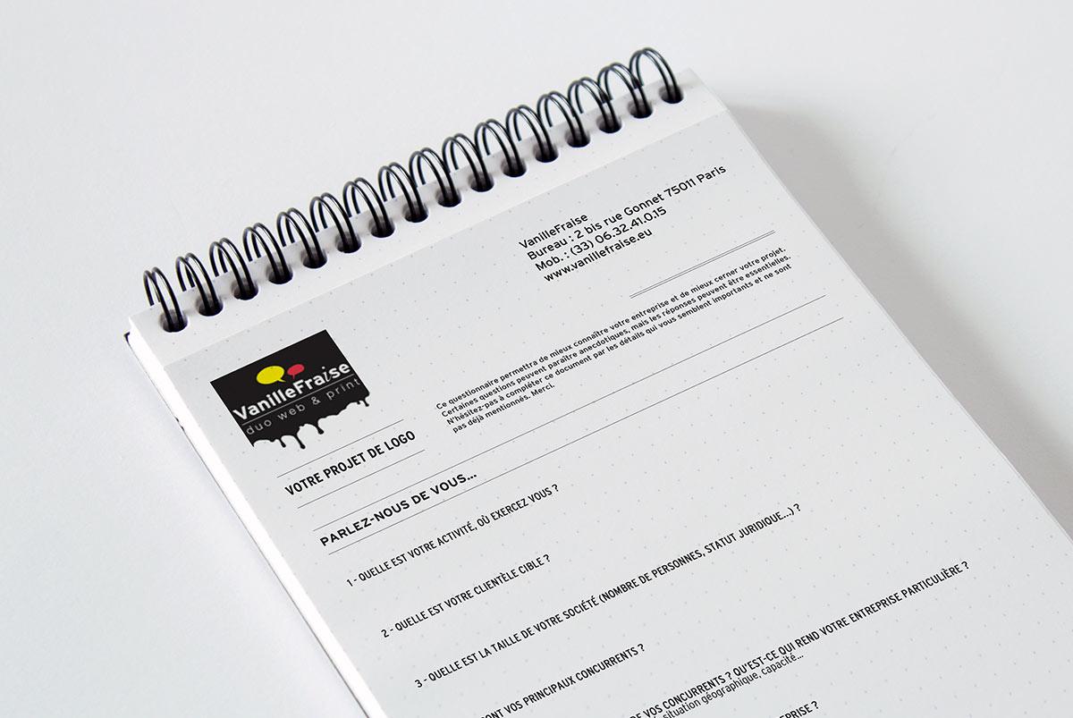 Image d'un bloc papier avec un brief client pour la création de logo